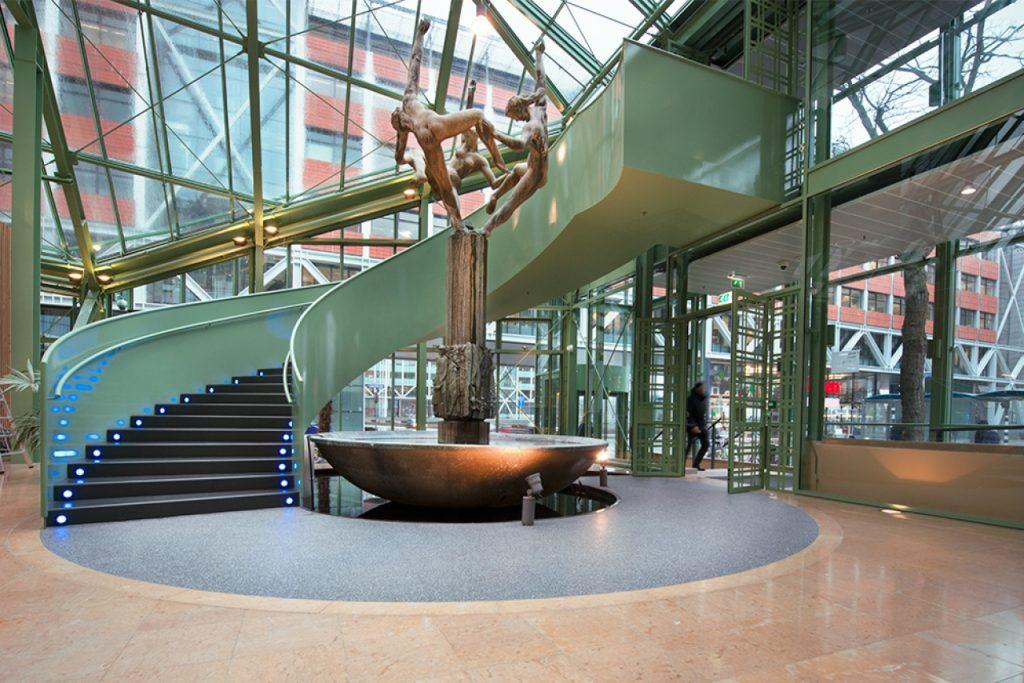 Interieur met fontein in ministerie van Economische Zaken