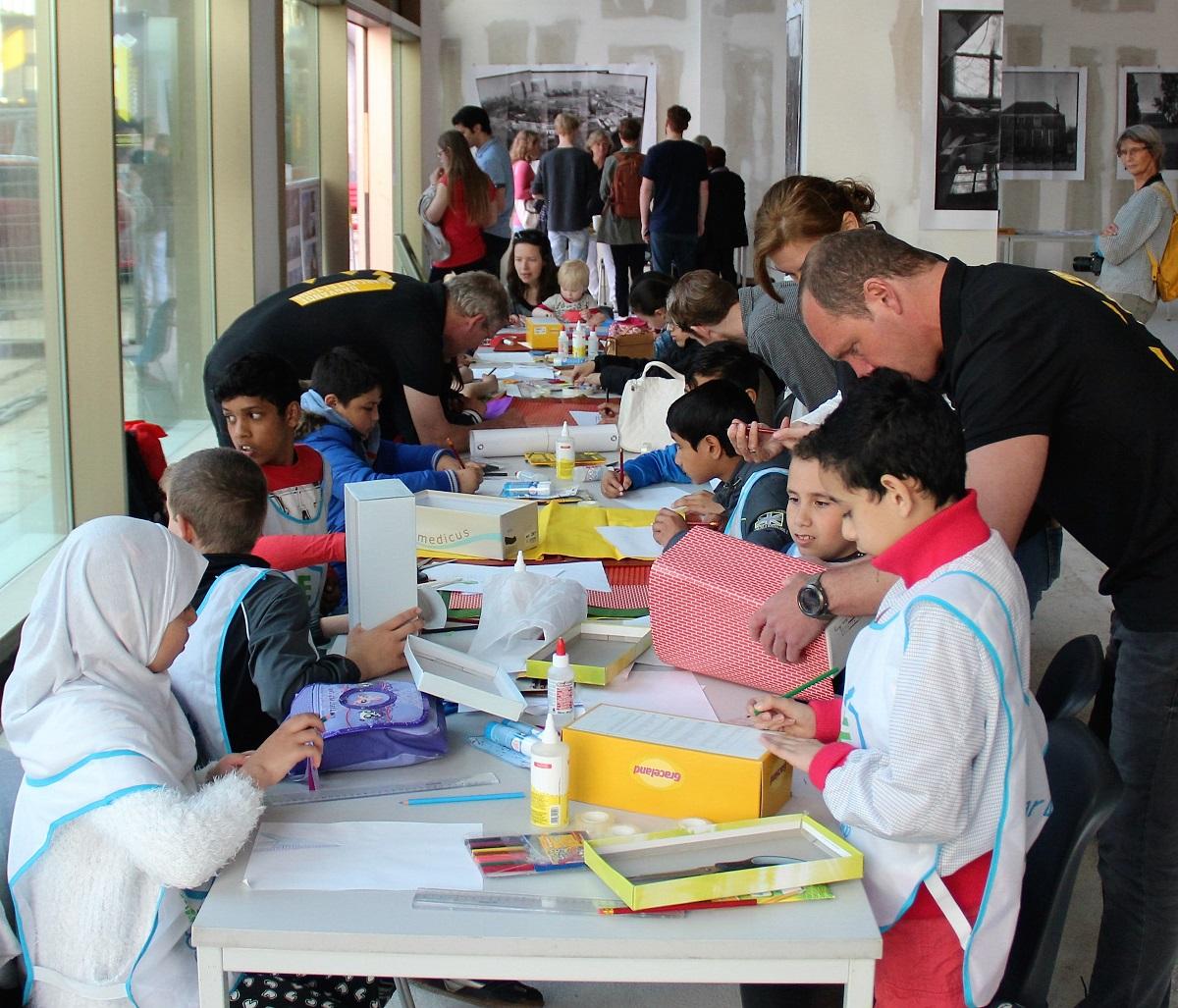 Kinderen maken maquettes op Dag van de Architectuur